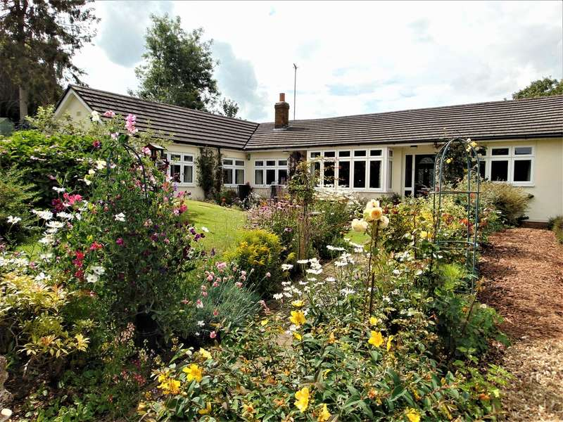 3 Bedrooms Semi Detached Bungalow for sale in Vicarage Hill, Badby, NN11 3AP