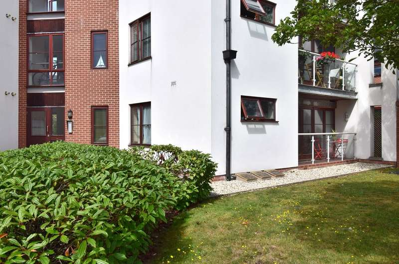 2 Bedrooms Flat for sale in Hollies Court, Rooksdown, Basingstoke, Hampshire, RG24