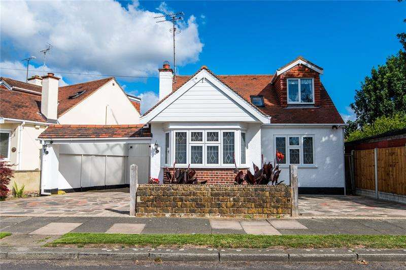 3 Bedrooms Detached House for sale in Walsingham Road, Southend-on-Sea, Essex, SS2