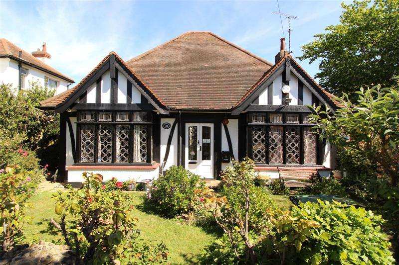 3 Bedrooms Bungalow for sale in Bridgwater Drive, Westcliff-On-Sea, Essex, SS0