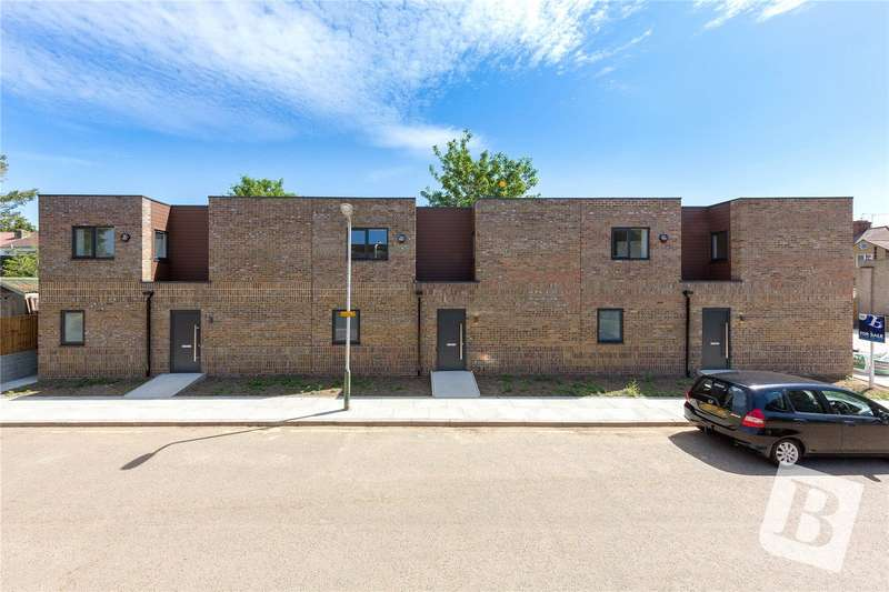 2 Bedrooms Terraced House for sale in Haysoms Close, Romford, RM1