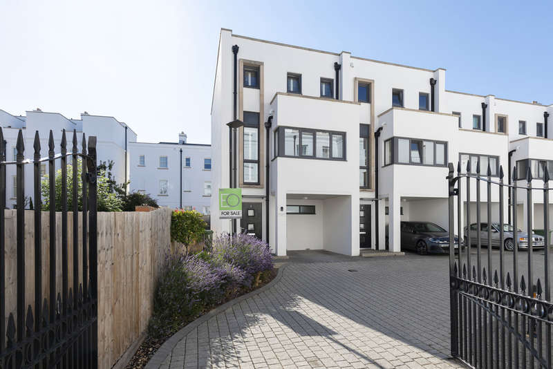 3 Bedrooms End Of Terrace House for sale in Prince Regent Mews, Cheltenham GL52 2AQ