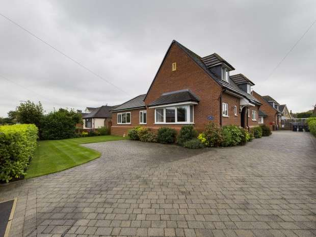 4 Bedrooms Bungalow for sale in Meadows Avenue, Thornton-Cleveleys, FY5
