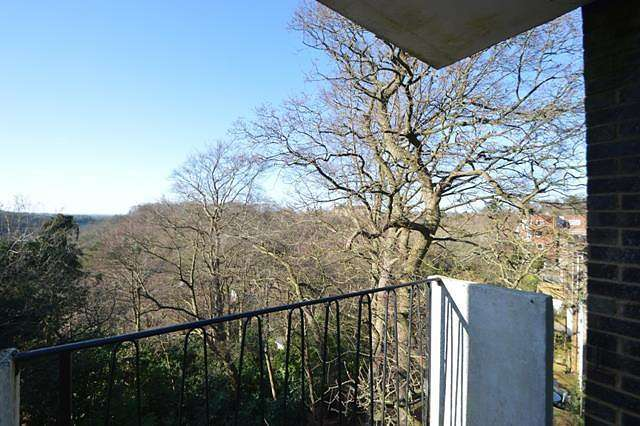 2 Bedrooms Apartment Flat for rent in 2 bedroom property in Farncombe