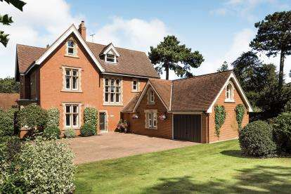 6 Bedrooms Semi Detached House for sale in Berkeley Crescent, Upper Saxondale, Nottingham, Nottinghamshire