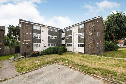 2 Bedrooms Flat for sale in Woodland Avneue, Hutton, Essex