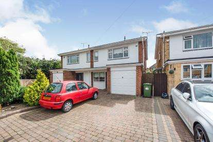 3 Bedrooms Semi Detached House for sale in Mawneys, Romford, Havering