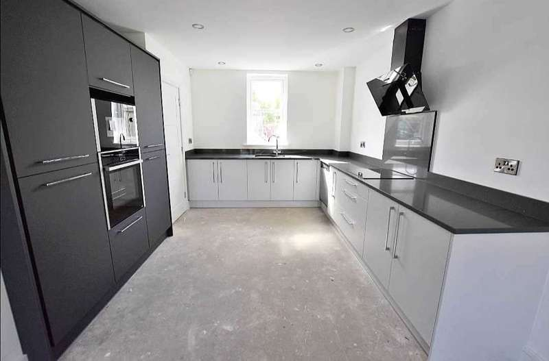3 Bedrooms Property for sale in Burton Close, Darwen