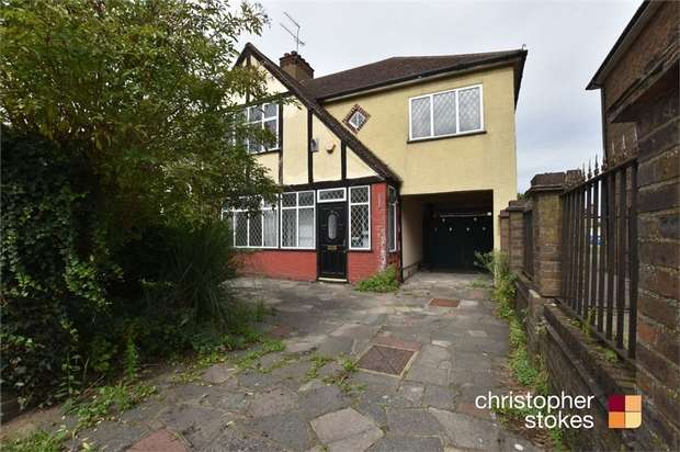 4 Bedrooms Semi Detached House for rent in Broadoak Avenue, Enfield, Greater London
