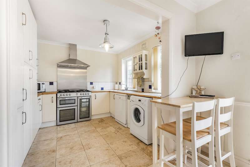 3 Bedrooms Terraced House for sale in Priors Park, Hornchurch, RM12 4ND