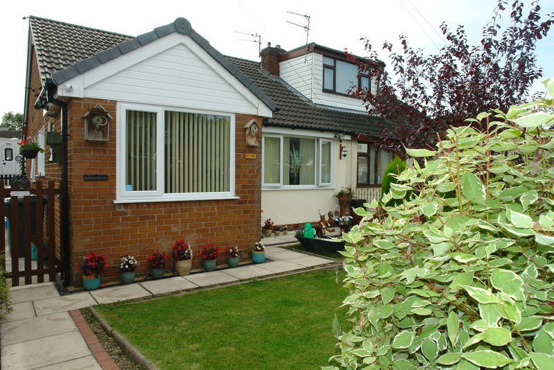 3 Bedrooms Semi Detached Bungalow for sale in Linley Drive, Oldham