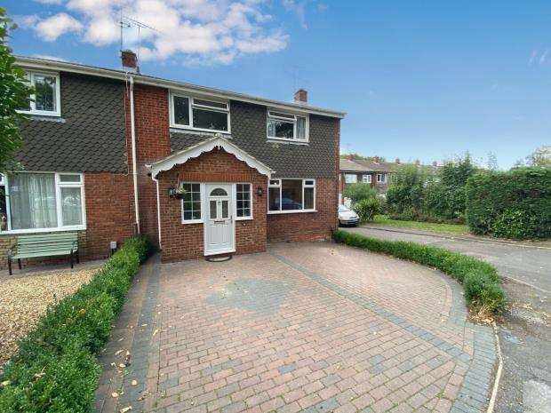 3 Bedrooms End Of Terrace House for sale in Robins Grove Crescent, Yateley, Hampshire
