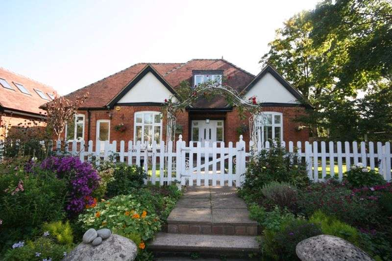 4 Bedrooms Property for sale in Sussex Gardens, Hucclecote, Gloucester