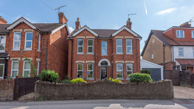 3 Bedrooms Detached House for sale in Cove Road, Farnborough
