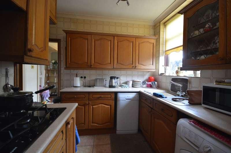 3 Bedrooms Semi Detached House for sale in Wennington Road, Rainham