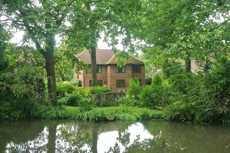 5 Bedrooms Detached House for sale in Dartnell Court, West Byfleet