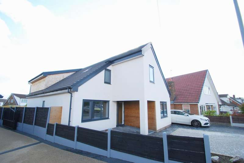 4 Bedrooms Detached House for sale in Mendip Crescent, Bury