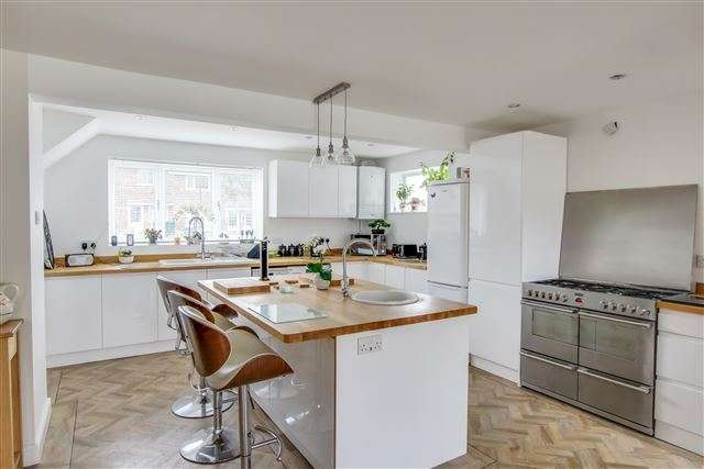 3 Bedrooms End Of Terrace House for sale in Forester Road, Southgate, Crawley
