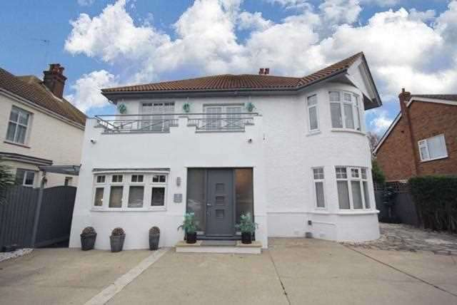 4 Bedrooms Detached House for sale in Albany Gardens East, Clacton-on-Sea