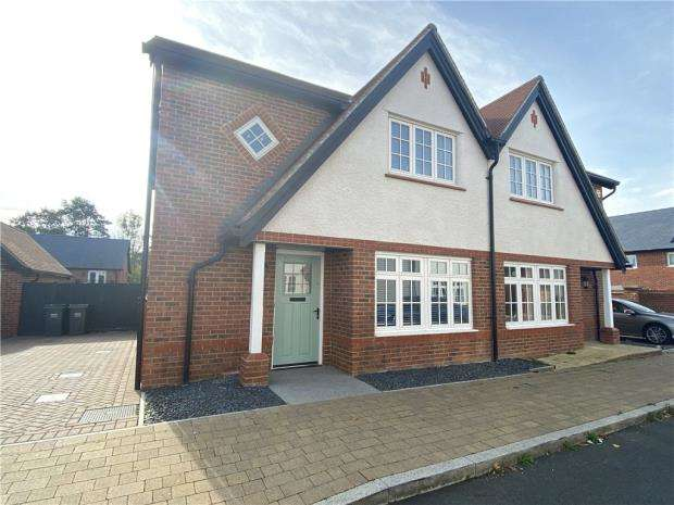3 Bedrooms Semi Detached House for sale in Cavell Way, Waterlooville