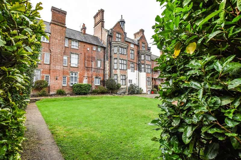 2 Bedrooms Apartment Flat for sale in Buckingham Court, The Close, Dunmow