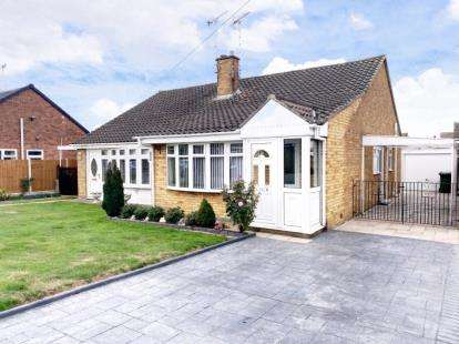 2 Bedrooms Bungalow for sale in Corringham, Stanford-Le-Hope, Essex