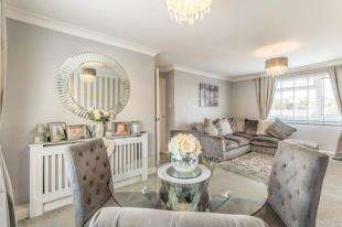 2 Bedrooms Flat for sale in Wiltshire Close, Chatham, Kent
