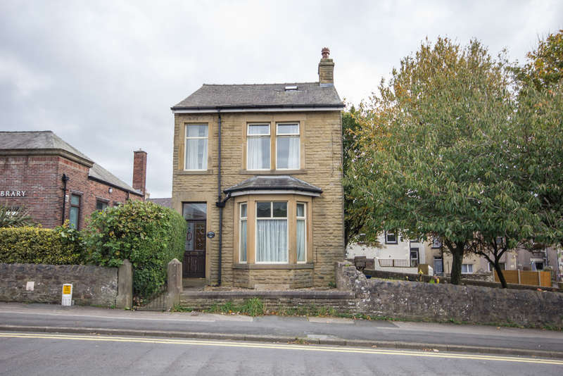 3 Bedrooms Detached House for sale in Lancaster Road, Carnforth, Lancashire