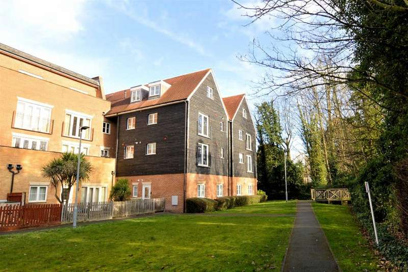 2 Bedrooms Flat for sale in Winchester Close, Waltham Abbey