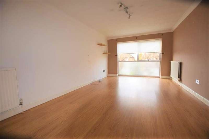 2 Bedrooms Flat for rent in Princes Road, Romford, RM1