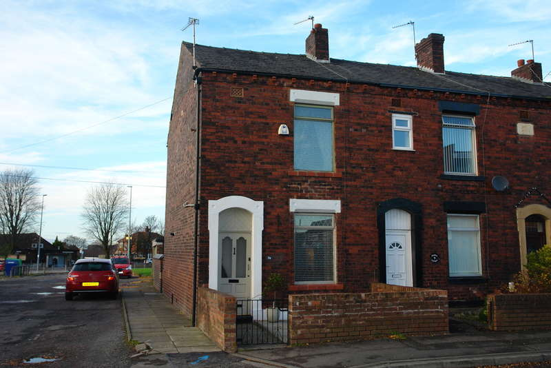 2 Bedrooms End Of Terrace House for sale in Denton Lane, Chadderton, Oldham