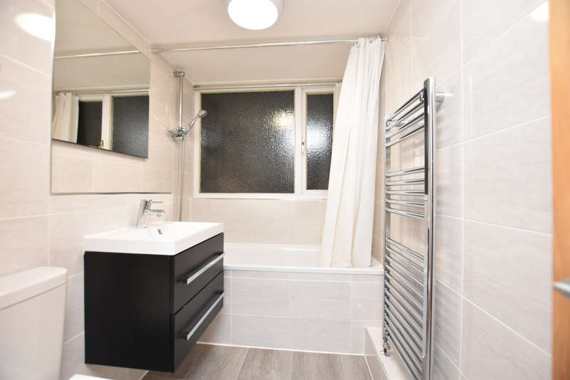2 Bedrooms Flat for rent in The Ridings, IG7
