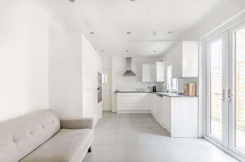 5 Bedrooms Flat for rent in Mellison Road, Tooting, SW17