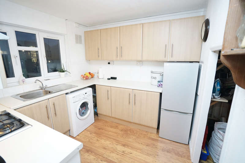 2 Bedrooms Maisonette Flat for sale in Thatches Grove, Romford RM6