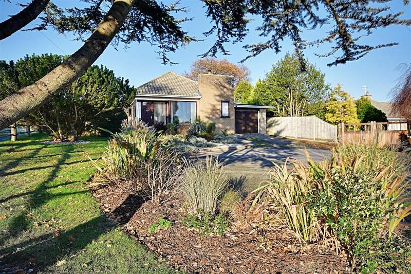 3 Bedrooms Detached Bungalow for sale in Cooden Sea Road, Bexhill-On-Sea