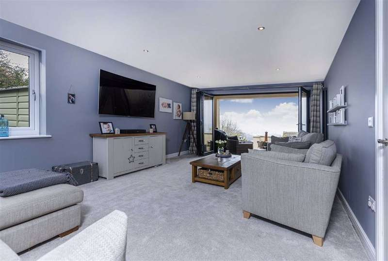 4 Bedrooms Detached House for sale in Lascelles Hall Road, Lascelles Hall, Huddersfield