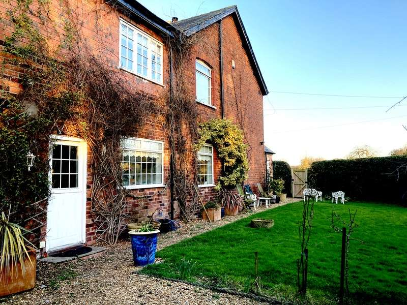 3 Bedrooms Semi Detached House for sale in Middlewich Road, Knutsford, Cheshire, WA16