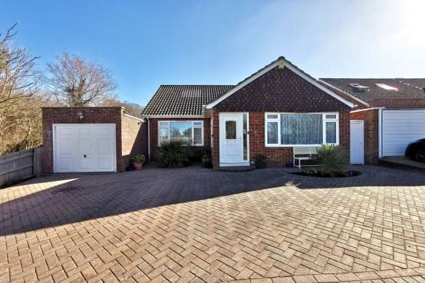 3 Bedrooms Bungalow for sale in Sayerland Road, Polegate, bn26