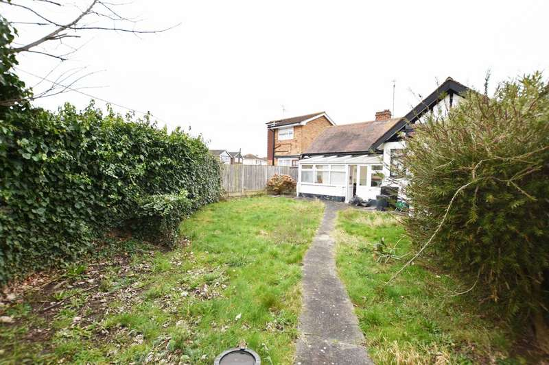 2 Bedrooms Detached Bungalow for sale in Runnymede Road, Canvey Island