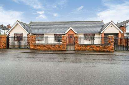 5 Bedrooms Bungalow for sale in Cross Street, Wall Heath, Kingswinford, West Midlands