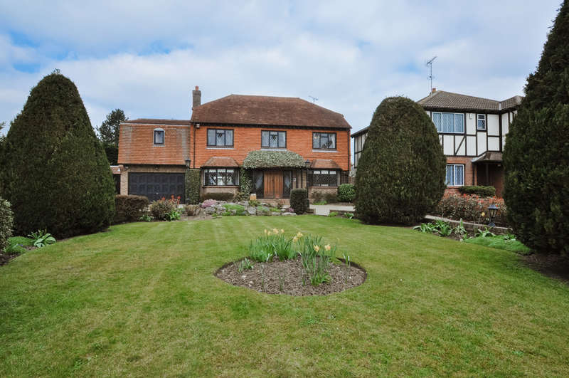 4 Bedrooms Detached House for sale in Hart Road, Thundersley