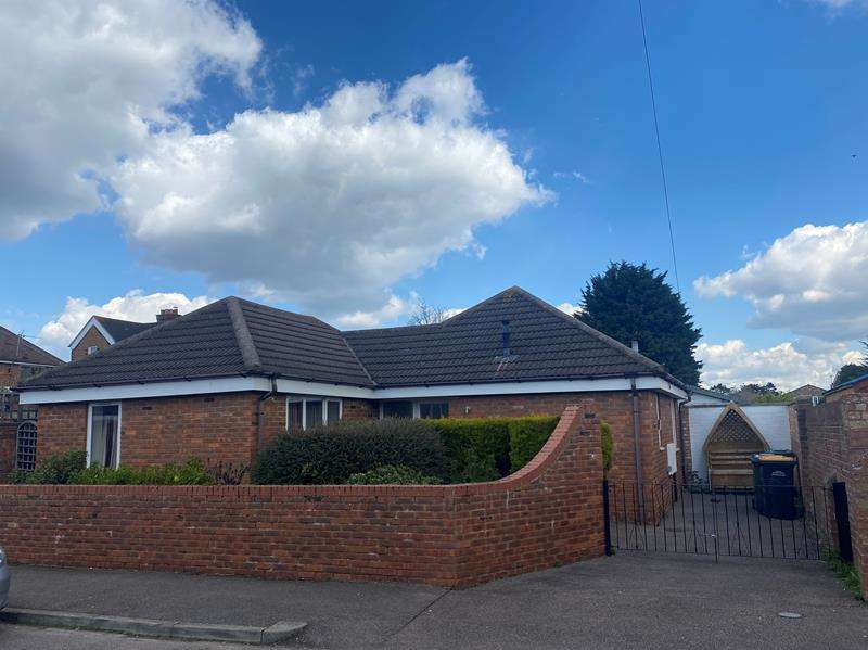 2 Bedrooms Bungalow for rent in Highfield Road, Kempston, MK42