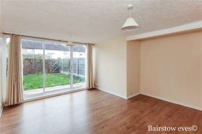 3 Bedrooms House for rent in Haldon Close, IG7 4BT