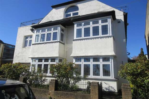 3 Bedrooms Flat for sale in Victor Drive, Leigh-on-Sea