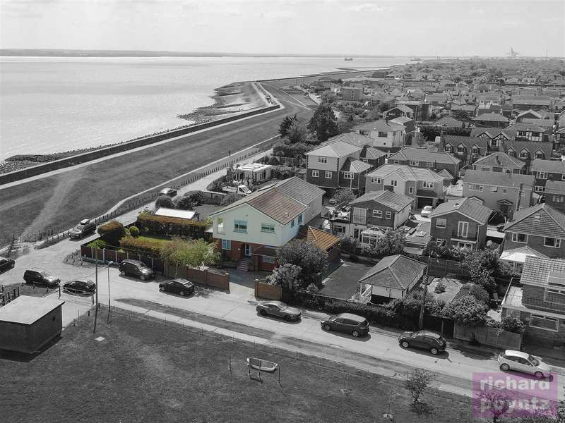 4 Bedrooms Detached House for sale in Beveland Road, Canvey Island