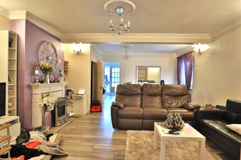 3 Bedrooms Property for sale in Mount Close, Wickford