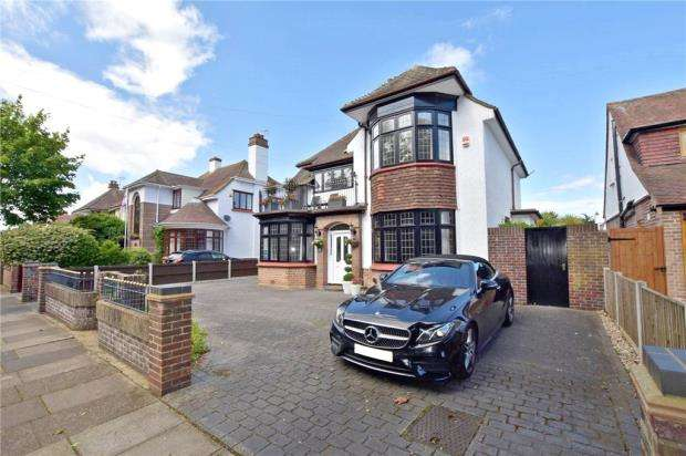 4 Bedrooms Detached House for sale in Lancaster Gardens East, Clacton-on-Sea, Essex