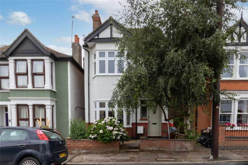 3 Bedrooms Detached House for sale in Fairleigh Drive, Leigh-on-Sea, SS9