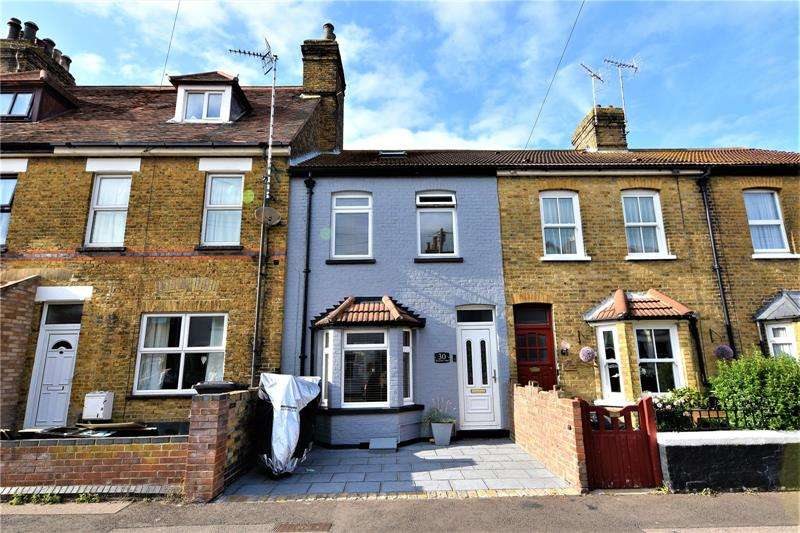 2 Bedrooms Terraced House for sale in Seaview Road, Shoeburyness, SS3