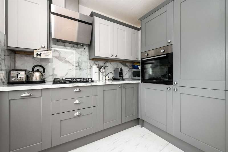 2 Bedrooms Flat for sale in Hutton Road, Shenfield, Brentwood, Essex
